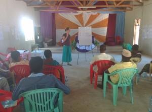 Hannke geeft les over leestekens tijdens de schrijfworkshop op Kome eiland (Zinza gebied).