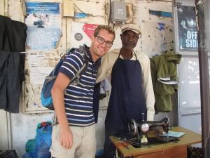 Deze man naast Michiel spreekt Kabwa. We hebben hem ontmoet toen we iemand zochten die onze kussenhoezen voor de bank kon maken. Sinds hij dit voor ons heeft gedaan gaan we af en toe even langs voor een praatje.