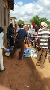 Michiel verkoopt samen met zijn vertaalcollega kalenders en boeken op de markt van Mmazami, een dorp in het Kabwa-gebied (Foto van MN) .