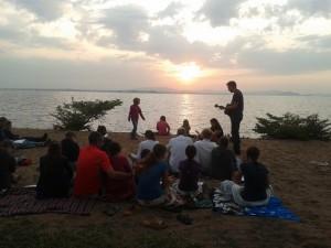 Op Paasmorgen vierden we op het strand de opstanding van onze Heer Jezus.