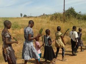 Kinderen met palmtakken in de optocht.