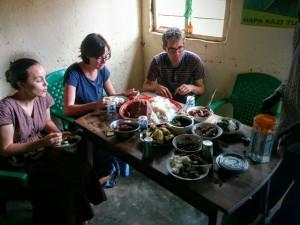 Tijdens datzelfde bezoek werd ons een heerlijke maaltijd voorgezet. Vier soorten vlees en nog allerlei andere dingen. Een maaltijd die je alleen bij heel bijzonder gelegenheden eet. Dit liet de enorme gastvrijheid van het gezin zien.