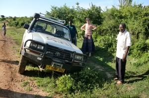 Een auto uit de modder duwen is ook een deel van het alfabetiseringswerk. Helemaal als je op pad gaat in de regentijd.