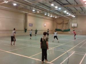 Op dinsdag is er frisbee bij een heuse 'Indoor Ultimate Frisbee club'.